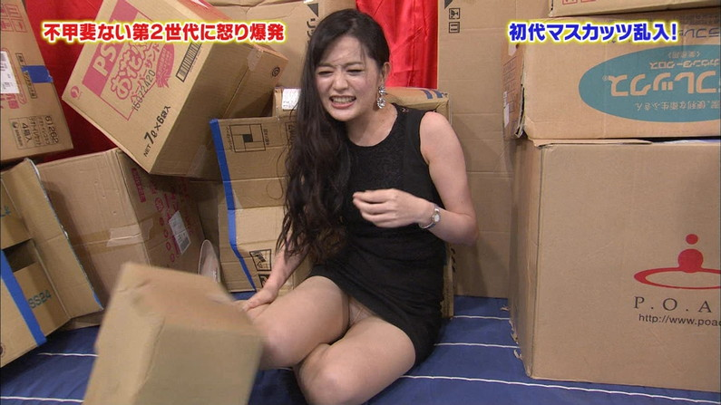【放送事故画像】パンツが見えてることに誰からも言われず、そのまま放送されてしまった女達ww 07