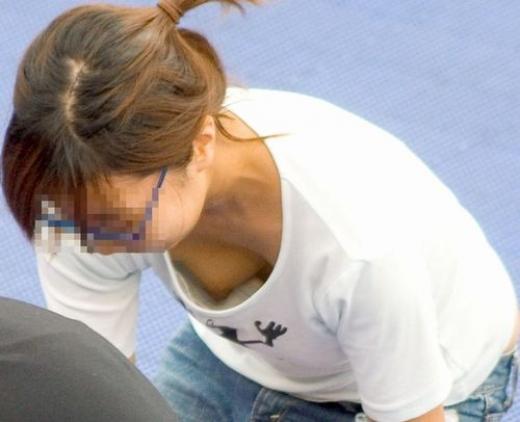 【素人ポロリ画像】こんなにノーブラの女っているんだなw乳首見たい放題じゃねぇかww 16