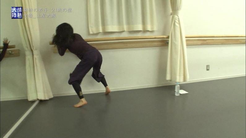 【放送事故画像】女子アナ達がぴったりしたズボン履きすぎてパン線浮きまくりwww 05