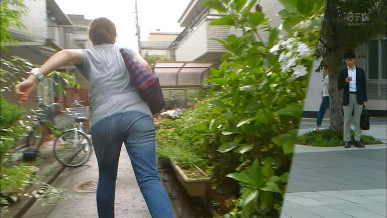 【放送事故画像】女子アナ達がぴったりしたズボン履きすぎてパン線浮きまくりwww 21