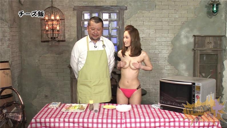 【お宝エロ画像】バコバコTVで手ぶらしながら料理してるけど、作業中完全にオッパイ丸出しww