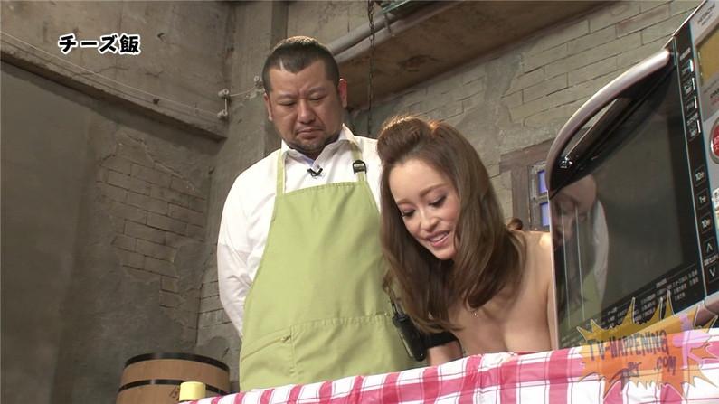 【お宝エロ画像】バコバコTVで手ぶらしながら料理してるけど、作業中完全にオッパイ丸出しww 04