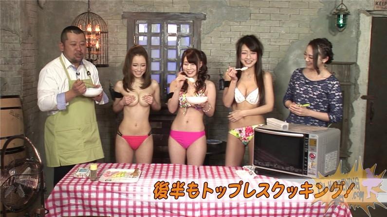 【お宝エロ画像】バコバコTVで手ぶらしながら料理してるけど、作業中完全にオッパイ丸出しww 10