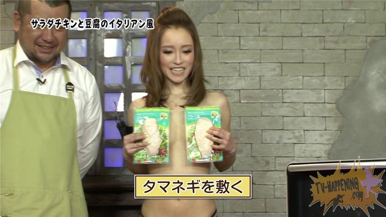 【お宝エロ画像】バコバコTVで手ぶらしながら料理してるけど、作業中完全にオッパイ丸出しww 33