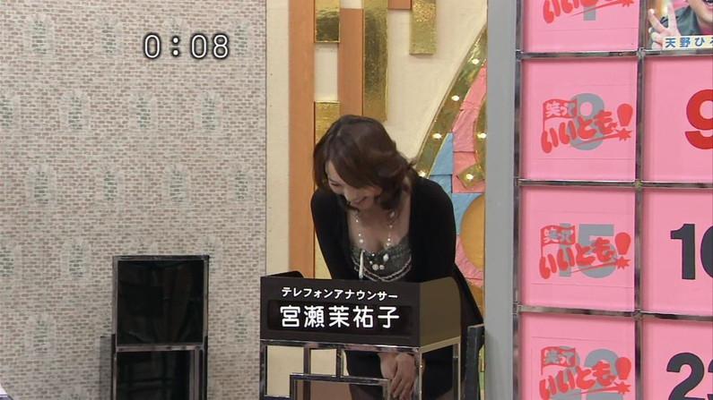 【放送事故画像】セクシーな胸元に思わず凝視!これぞ男を引き付けるオッパイだww 02