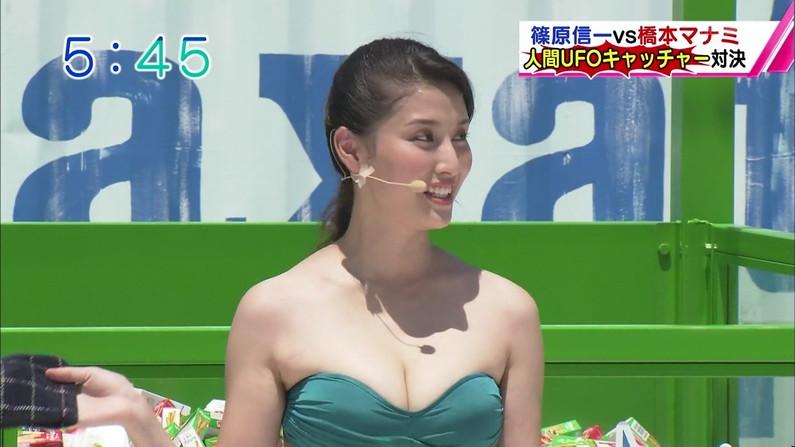 【放送事故画像】テレビに映る水着に収まりきってないオッパイからポロリを期待してなにが悪い?ww 24
