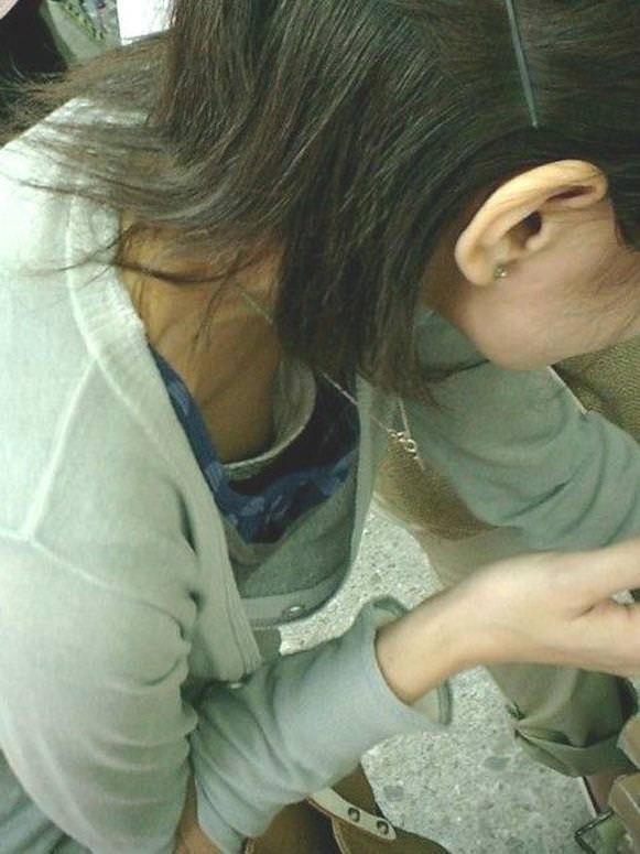 【ハプニングエロ画像】素人娘が前屈みになった瞬間覗いて見たら乳首立っててワロタww 04