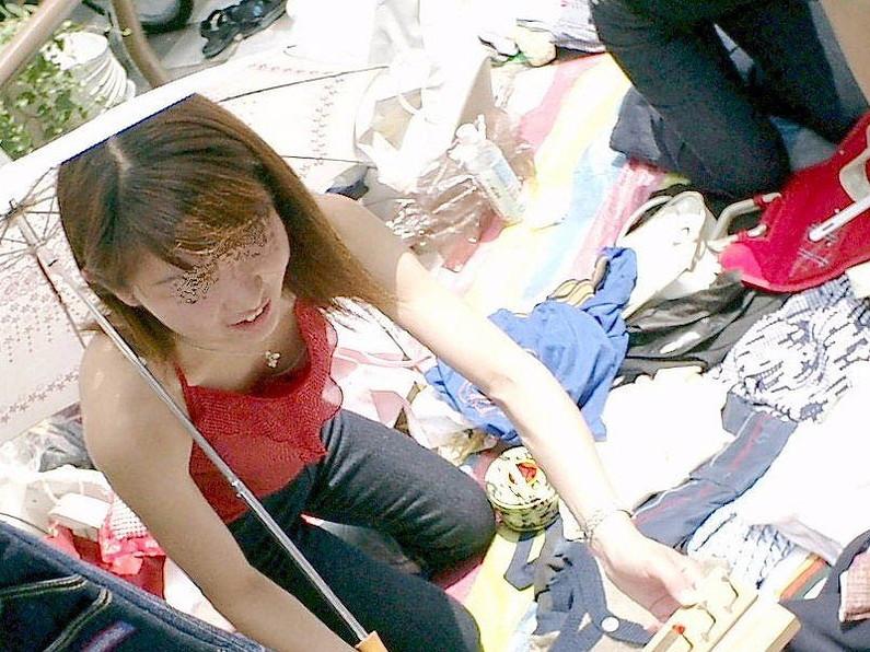 【ハプニングエロ画像】素人娘が前屈みになった瞬間覗いて見たら乳首立っててワロタww 15