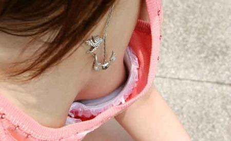【ハプニングエロ画像】素人娘が前屈みになった瞬間覗いて見たら乳首立っててワロタww 18