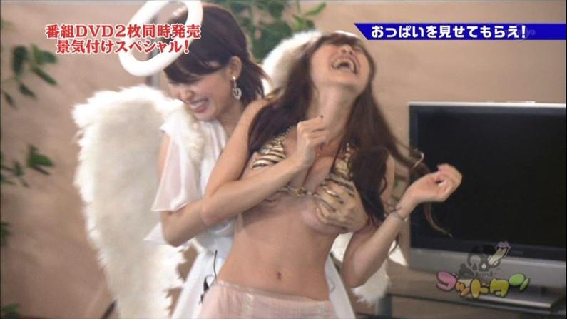 【放送事故画像】ビキニと言うポロリ危険度の高い水着でテレビに映る巨乳達www 05
