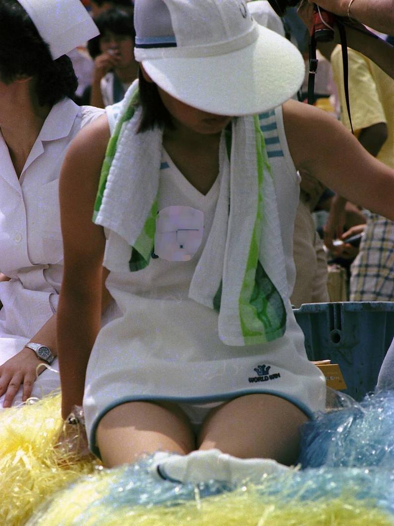 【放送事故画像】甲子園中継でパンチラまで映されてるとは知らず笑顔なJK達ww 17