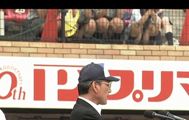 【放送事故画像】甲子園中継でパンチラまで映されてるとは知らず笑顔なJK達ww 22