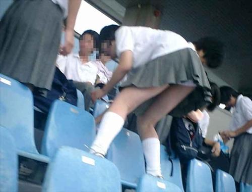 【放送事故画像】甲子園中継でパンチラまで映されてるとは知らず笑顔なJK達ww 24