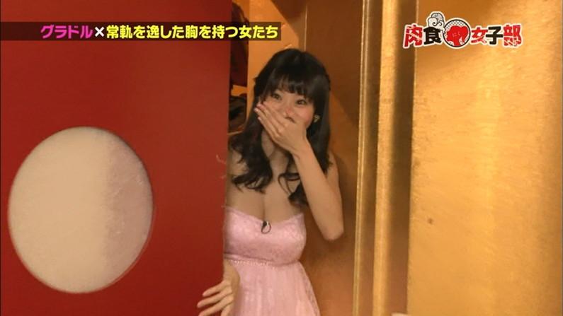 【放送事故画像】テレビに映る巨乳ちゃん達が前屈みになった結果www 07
