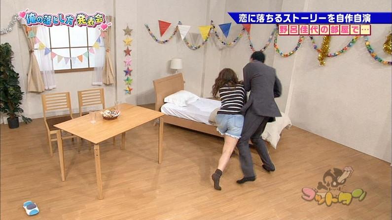 【放送事故画像】ミニスカやショートパンツ履いて太もも露出しながらテレビに出た結果ww 04