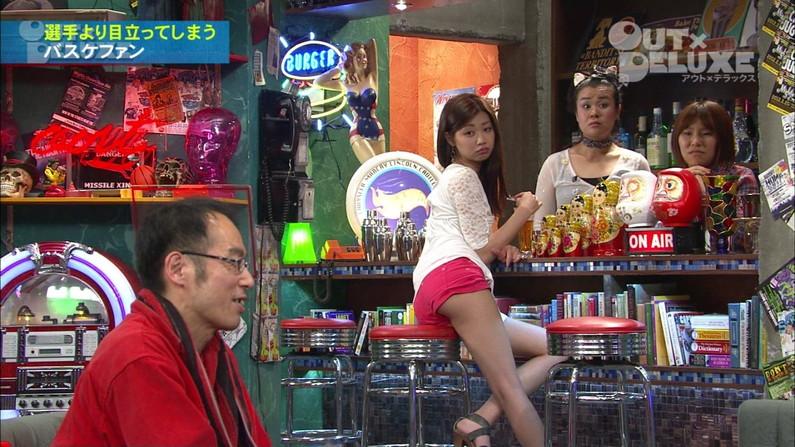 【放送事故画像】ミニスカやショートパンツ履いて太もも露出しながらテレビに出た結果ww 13