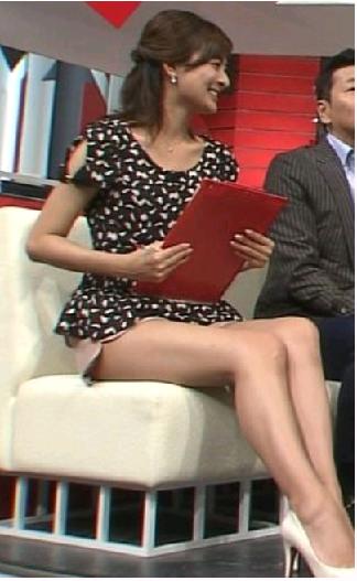 【放送事故画像】ミニスカやショートパンツ履いて太もも露出しながらテレビに出た結果ww 14