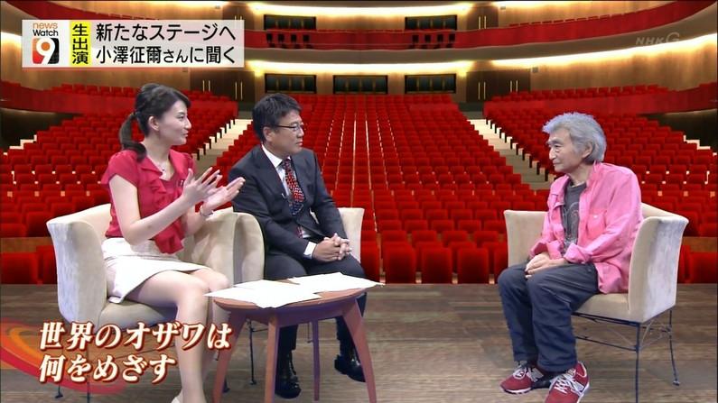 【放送事故画像】ミニスカやショートパンツ履いて太もも露出しながらテレビに出た結果ww 16