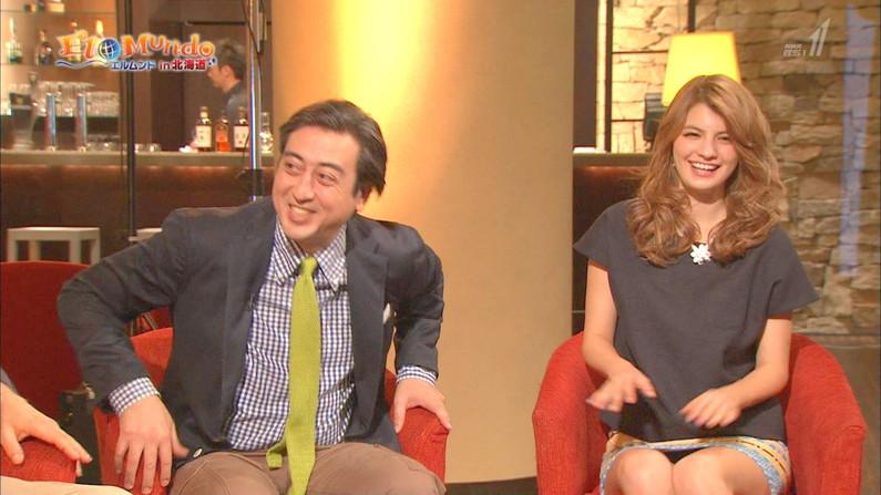 【放送事故画像】ミニスカ履いてチラチラ見せるタレント達のパンツの色当てようぜww 04