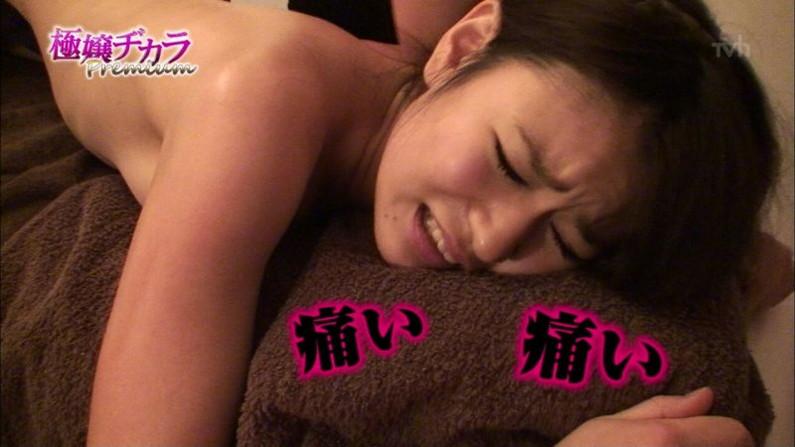 【放送事故画像】いつ乳首が見えてもおかしくない、テレビでエステ受けてる女性達w 12