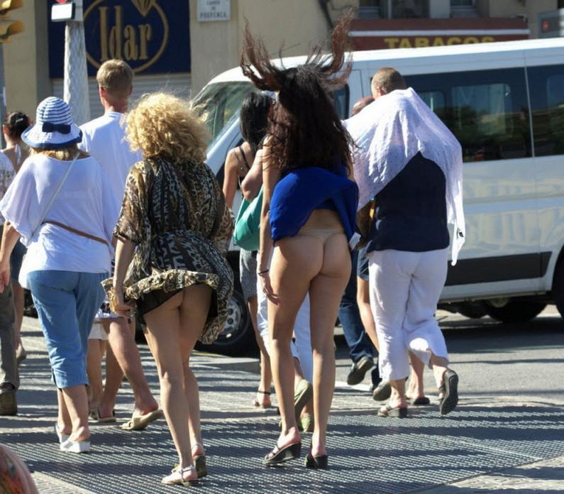 【パンチラ画像】外人さんが風で物の見事にスカート舞い上がった瞬間・・・www 02