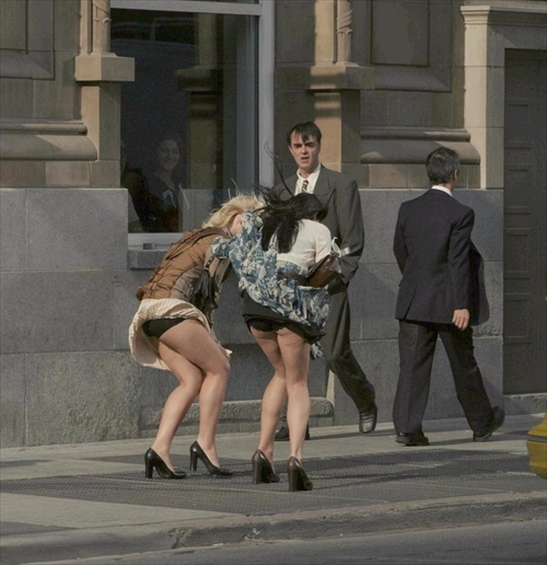 【パンチラ画像】外人さんが風で物の見事にスカート舞い上がった瞬間・・・www 11