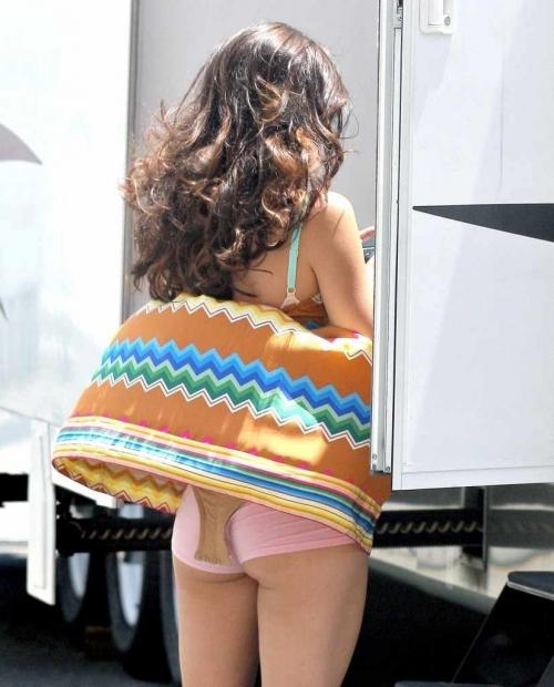 【パンチラ画像】外人さんが風で物の見事にスカート舞い上がった瞬間・・・www 16