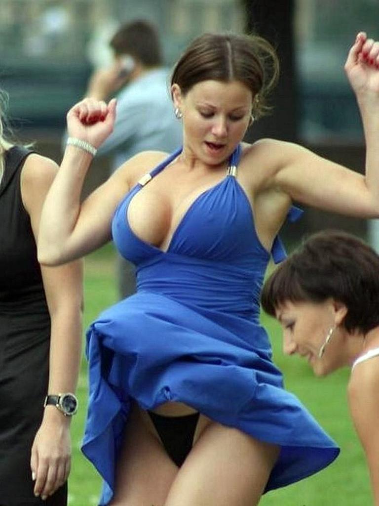 【パンチラ画像】外人さんが風で物の見事にスカート舞い上がった瞬間・・・www 21
