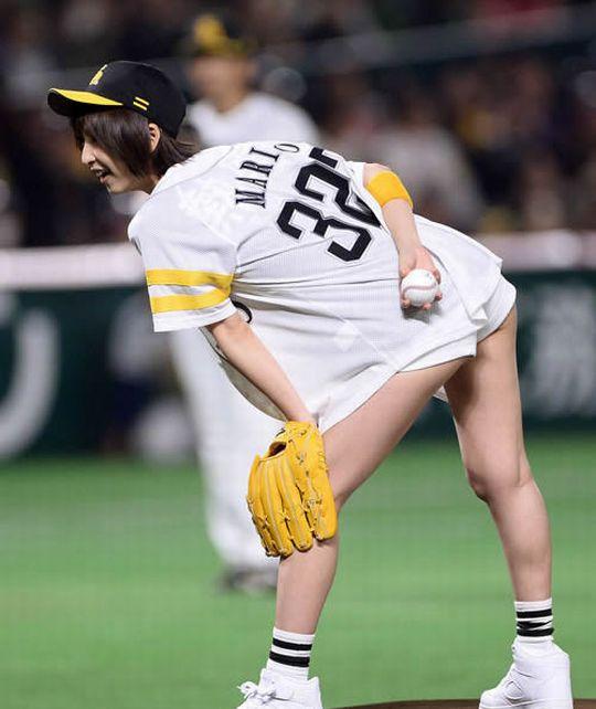 【始球式エロ画像】これ見てたら一体始球式で何人の女がパンチラしてきたんだ!?ww 03