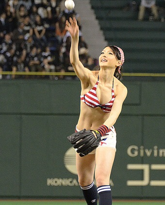 【始球式エロ画像】これ見てたら一体始球式で何人の女がパンチラしてきたんだ!?ww 08