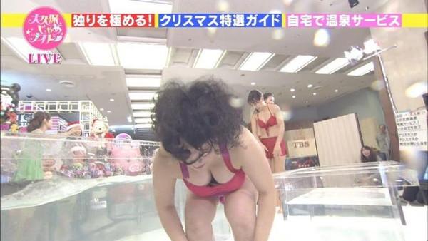 【放送事故画像】最近の水着とか下着ってオッパイ隠す着ないよなwそんな格好でテレビに出たらww 03