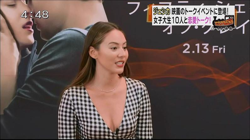【放送事故画像】視聴率の為にドンドン胸元を露出させるタレント達が限界まで来てるww 02