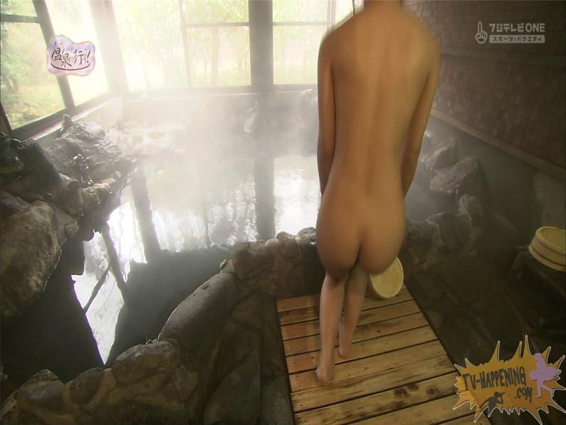 【お宝エロ画像】お尻アングルが絶妙なエロさを誇る番組もっと温泉に行こう! 20