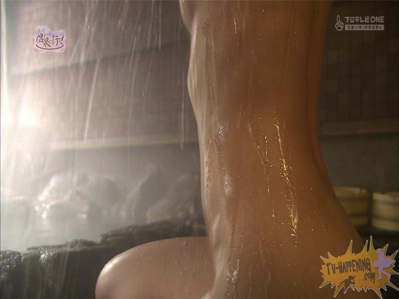【お宝エロ画像】お尻アングルが絶妙なエロさを誇る番組もっと温泉に行こう! 21