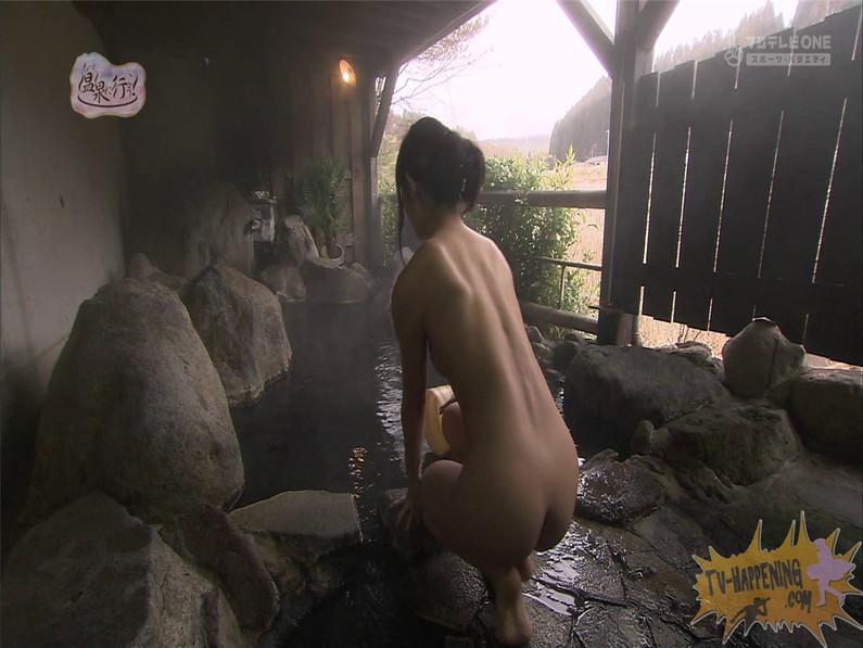 【お宝エロ画像】お尻アングルが絶妙なエロさを誇る番組もっと温泉に行こう! 27