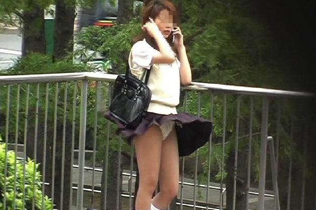 【パンチラ画像】隠す暇もなくあっという間に風にスカートめくられ見事にパンツ見えたww 07