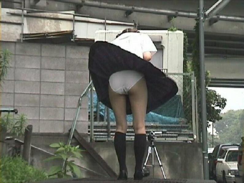 【パンチラ画像】隠す暇もなくあっという間に風にスカートめくられ見事にパンツ見えたww 09
