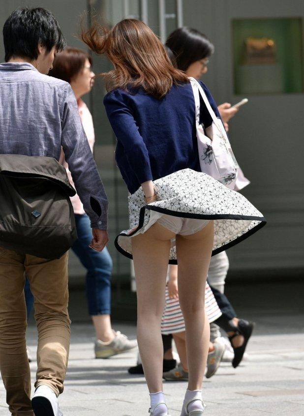 【パンチラ画像】隠す暇もなくあっという間に風にスカートめくられ見事にパンツ見えたww 11