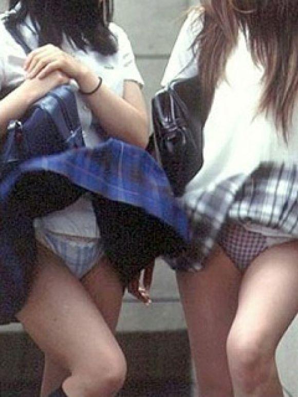 【パンチラ画像】隠す暇もなくあっという間に風にスカートめくられ見事にパンツ見えたww 16