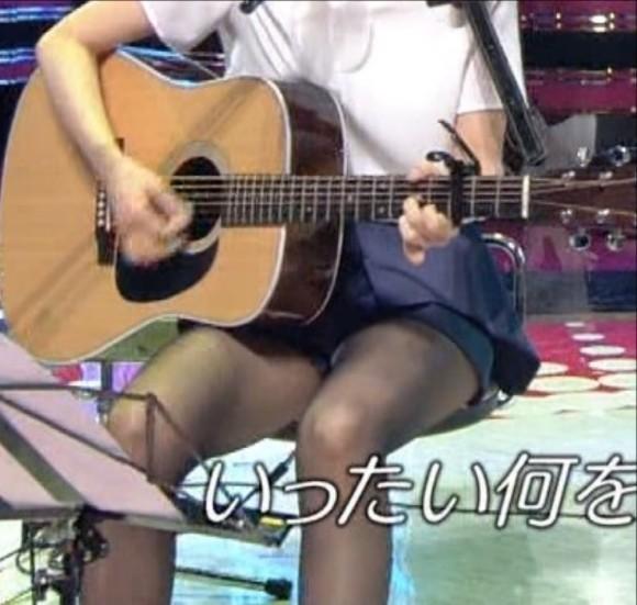 【放送事故画像】エロい太もも見せつけて視聴者の視線を釘付けにするタレント達! 02