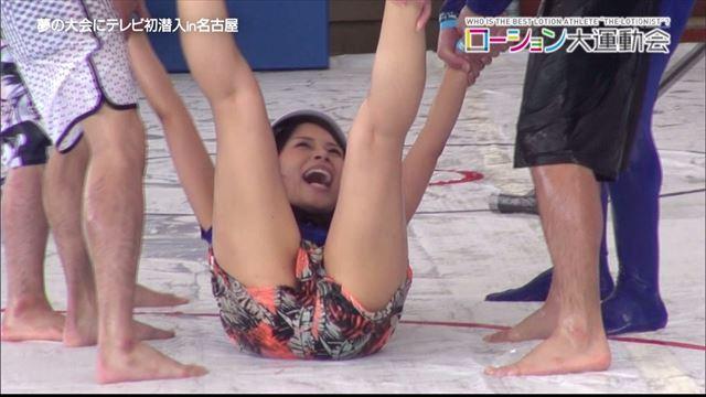 【放送事故画像】エロい太もも見せつけて視聴者の視線を釘付けにするタレント達! 05