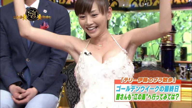 【放送事故画像】テレビで張り切って大胆に胸元空けすぎw乳首まであと数センチ!