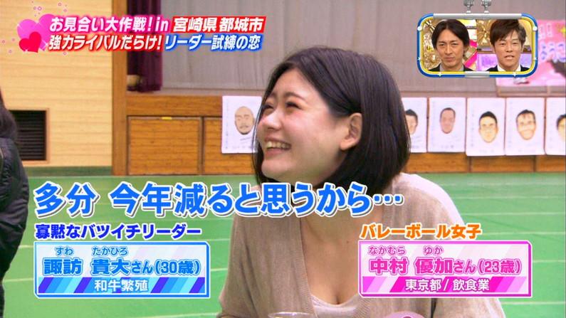 【放送事故画像】テレビで張り切って大胆に胸元空けすぎw乳首まであと数センチ! 12