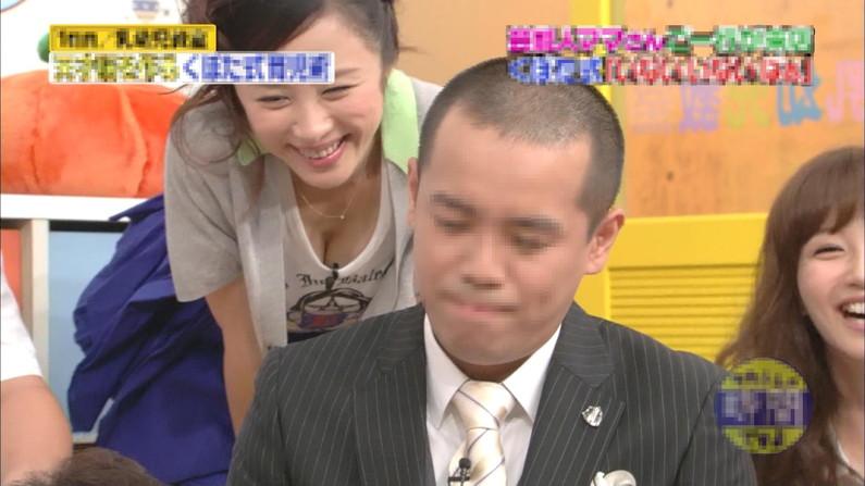 【放送事故画像】テレビで張り切って大胆に胸元空けすぎw乳首まであと数センチ! 13