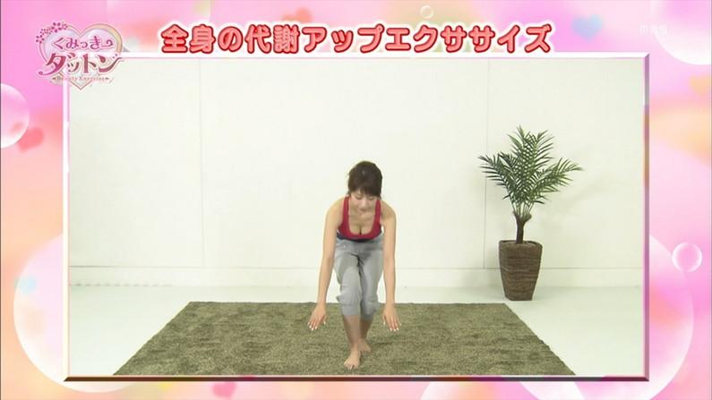 【放送事故画像】テレビで張り切って大胆に胸元空けすぎw乳首まであと数センチ! 14