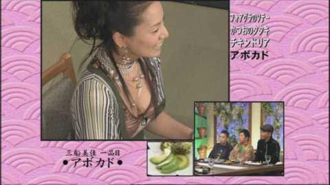 【放送事故画像】テレビで張り切って大胆に胸元空けすぎw乳首まであと数センチ! 23