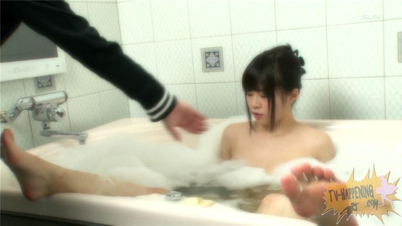 【お宝エロ画像】バコバコTVでマン筋映るわ、ビキニの紐ほどけてるわのハプニング回ww 24