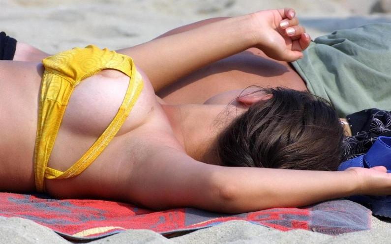 【ポロリ画像】今年の夏ももぉそろそろ!水着から飛び出る乳首に注意www