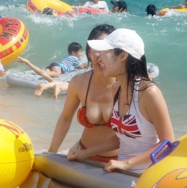 【ポロリ画像】今年の夏ももぉそろそろ!水着から飛び出る乳首に注意www 19