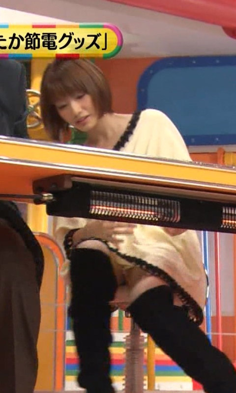 【パンチラ放送事故画像】ミニスカートで少しでも足開いた瞬間を狙い取りしたったwww 03